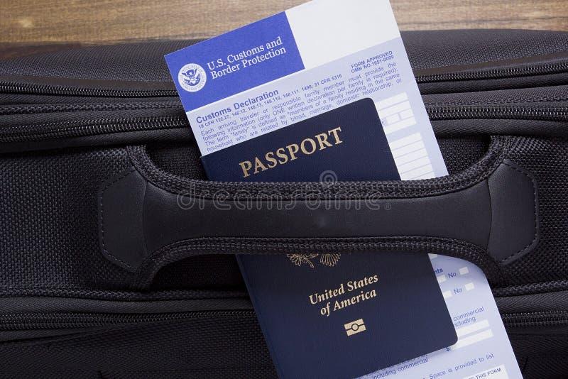 Déclaration en douane sur une valise de route image libre de droits