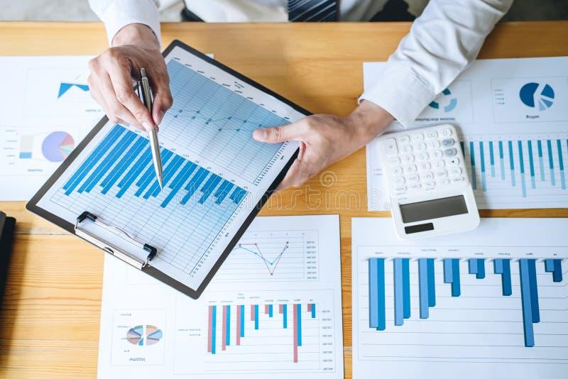 Déclaration financière annuelle financière travaillante de bilan d'analyse de comptable d'homme d'affaires et de rapport de dépen photos stock