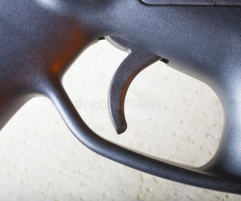 Déclencheur de fusil avec des points culminants oranges images libres de droits
