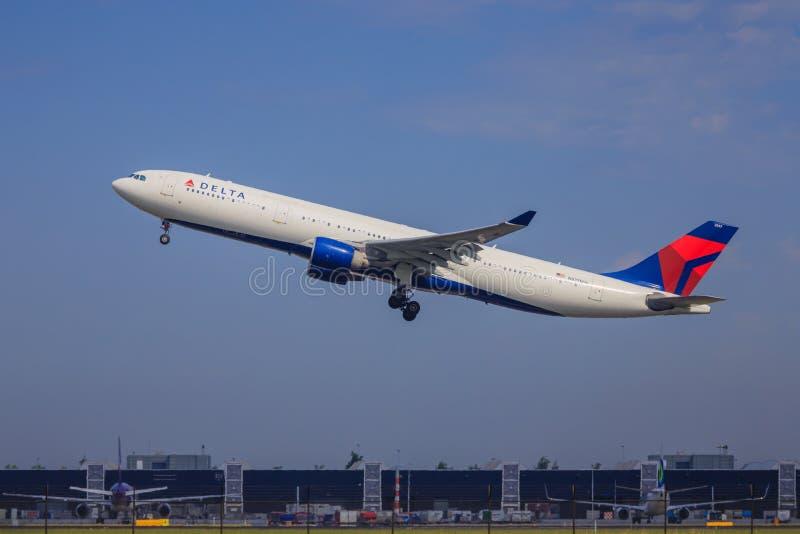 Décollage d'Airbus A330 de delta photo stock