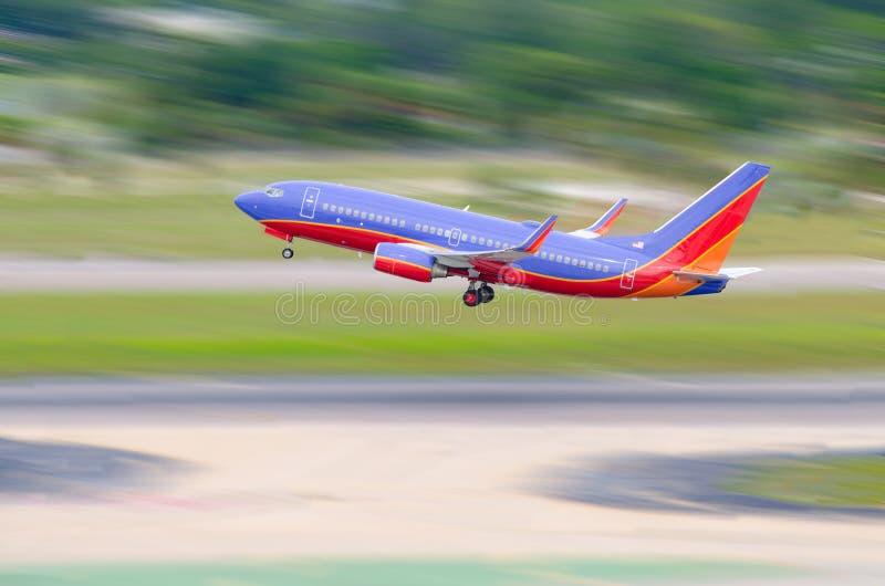 Décollage d'avion de ligne d'avion à réaction images stock