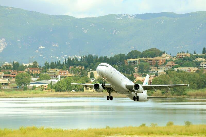 Décollage d'avion de passager de piste active images stock