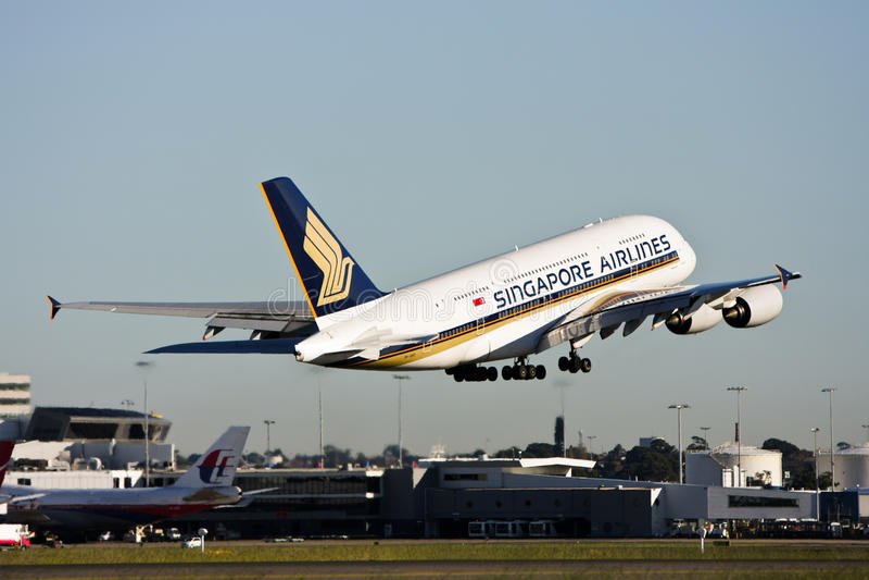 Décollage de Singapore Airlines Airbus A380. image libre de droits