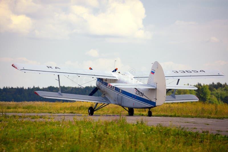 Download Décollage Du Vieil Avion Russe Photo stock - Image du marine, couleur: 45353156