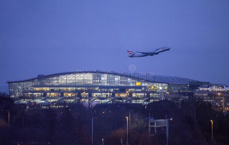 Décollez la nuit d'aéroport de Heathrow photographie stock libre de droits