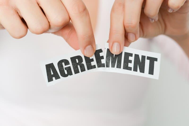 Décommandez un accord ou écartez un concept de contrat photos stock