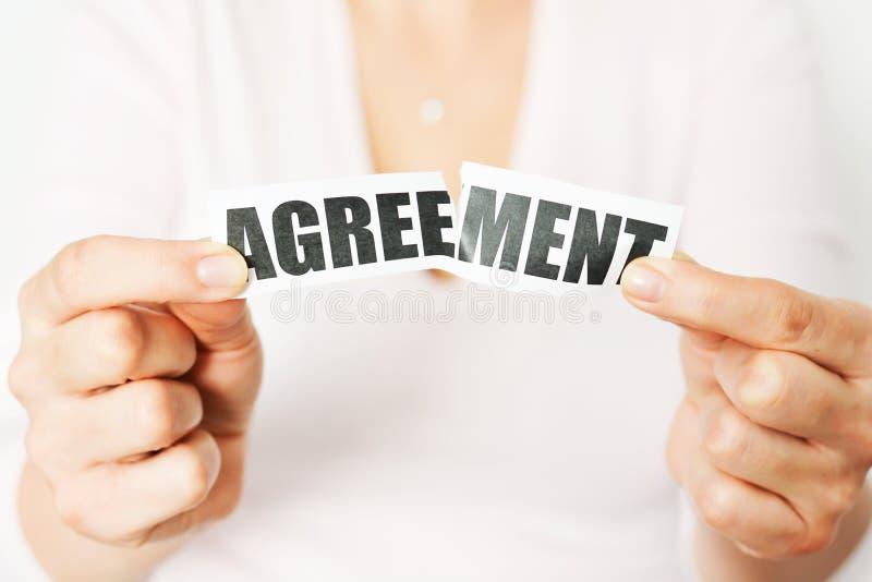 Décommandez un accord ou écartez un concept de contrat photos libres de droits