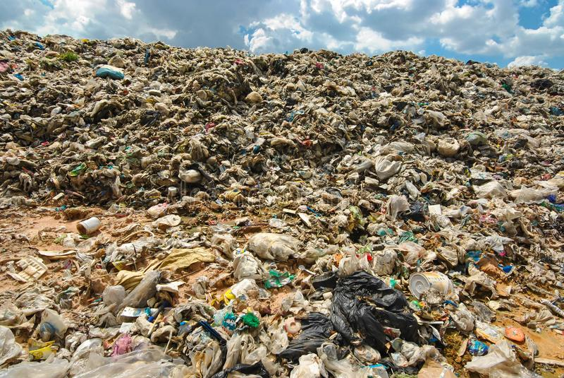 Décomposition en plastique dure de déchets Pollution de la société de consommation photographie stock
