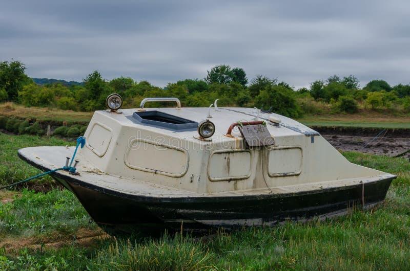 Décomposition et vieux bateau sur l'herbe photographie stock