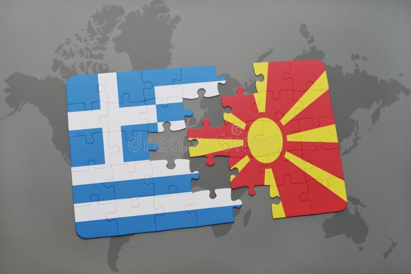 déconcertez avec le drapeau national de la Grèce et de la Macédoine sur un fond de carte du monde photos libres de droits
