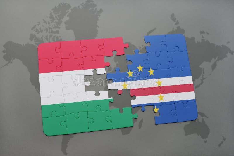 déconcertez avec le drapeau national de la Hongrie et du Cap Vert sur une carte du monde photos libres de droits