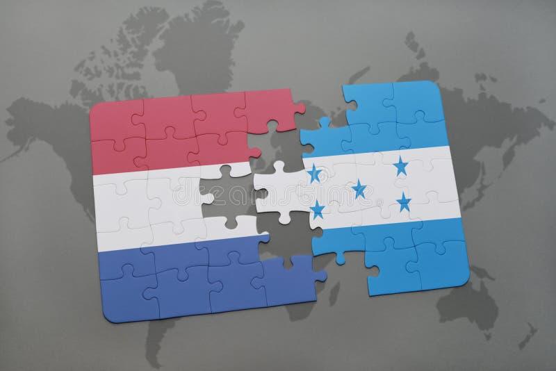 déconcertez avec le drapeau national des Hollandes et du Honduras sur un fond de carte du monde illustration libre de droits
