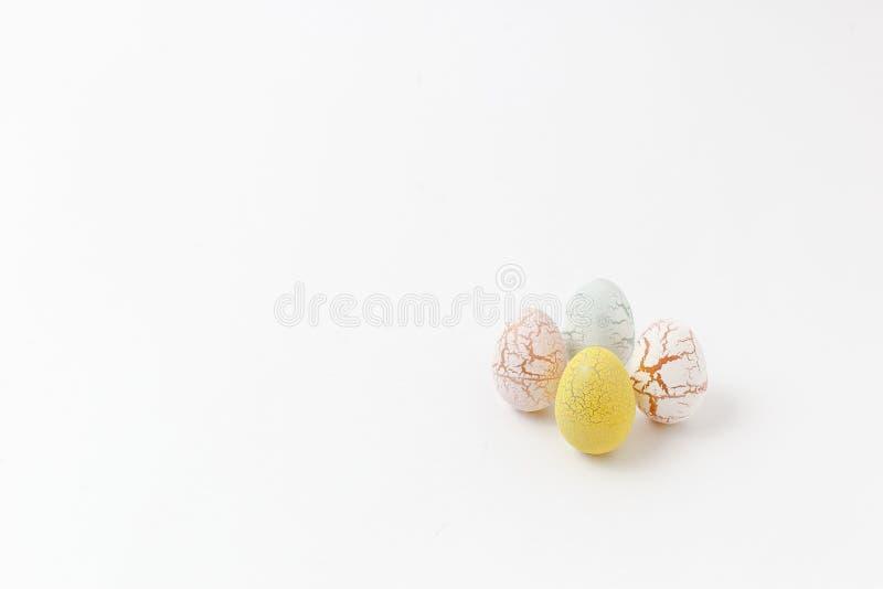 Décoré des oeufs de pâques colorés sur le fond blanc, ea léger image libre de droits