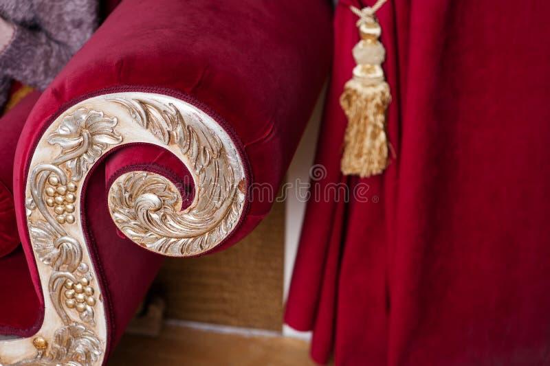 Décoré du style classique d'or du sofa en rouge photographie stock libre de droits