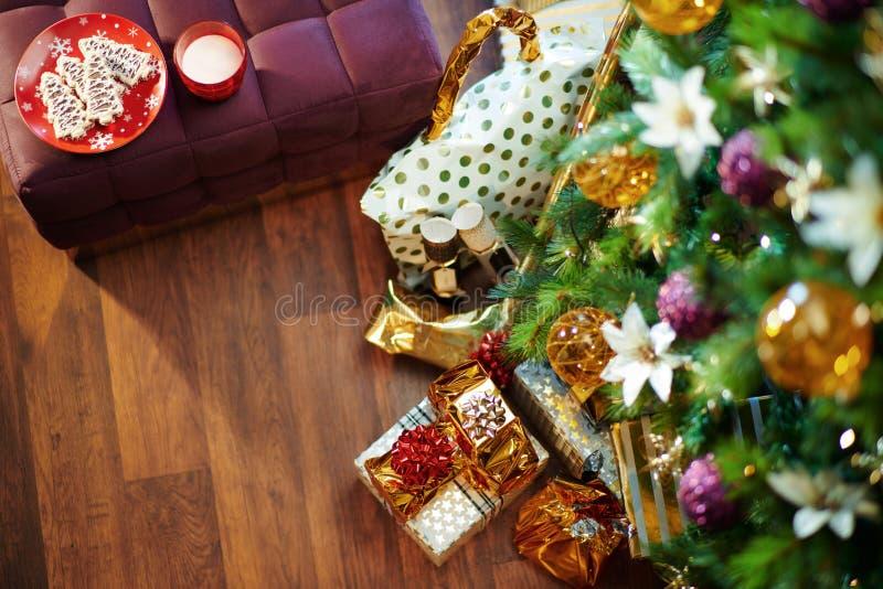 Décoré pour l'appartman de Noël et les biscuits et le lait pour santa photo stock