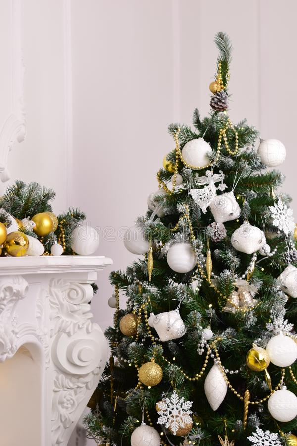 A décoré un arbre de sapin avec des cadeaux photo libre de droits