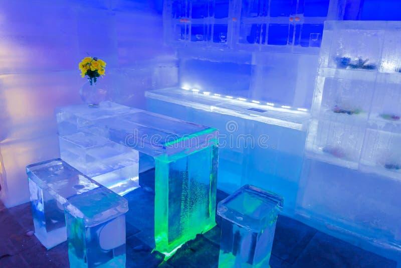 Décor à la maison de conception et de pièce avec les meubles faits de la glace image libre de droits