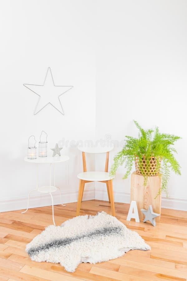 Décor à la maison moderne élégant avec les matériaux naturels photographie stock