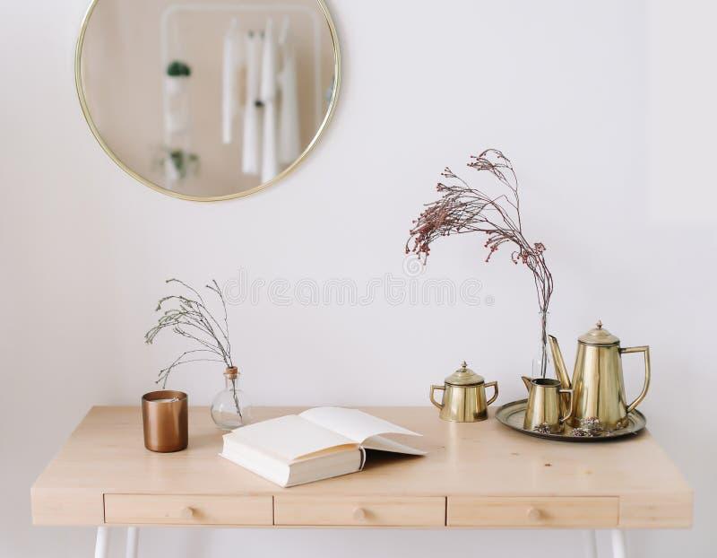 Décor à la maison moderne Espace de travail créatif Intérieur minimal scandinave photo stock