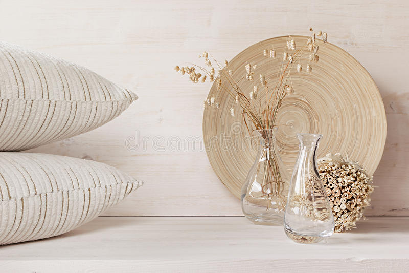 Décor à la maison mou du vase en verre avec des épillets et des oreillers sur le fond en bois blanc image libre de droits