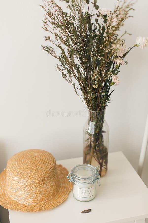 Décor à la maison mou, petits vases avec des wildflowers image stock
