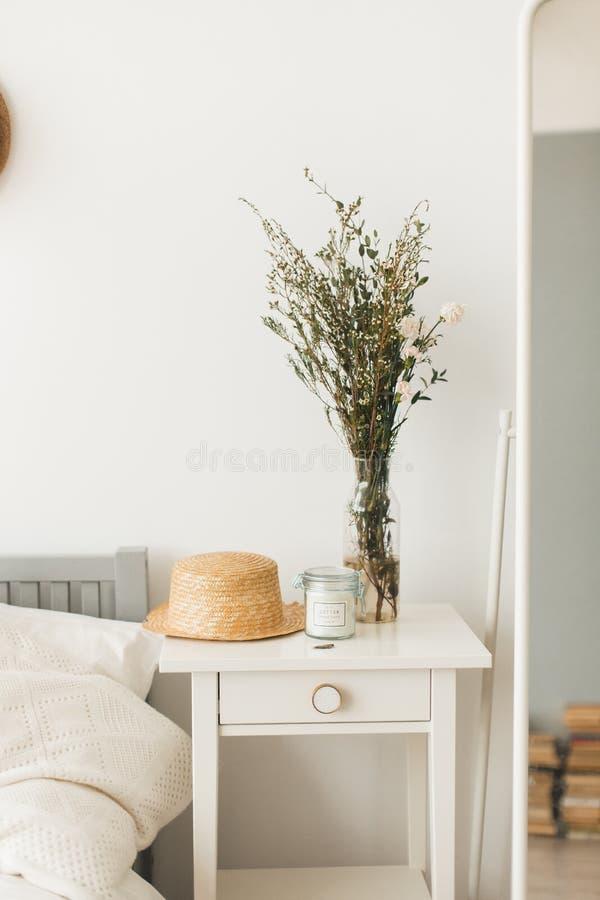 Décor à la maison mou, petits vases avec des wildflowers images stock