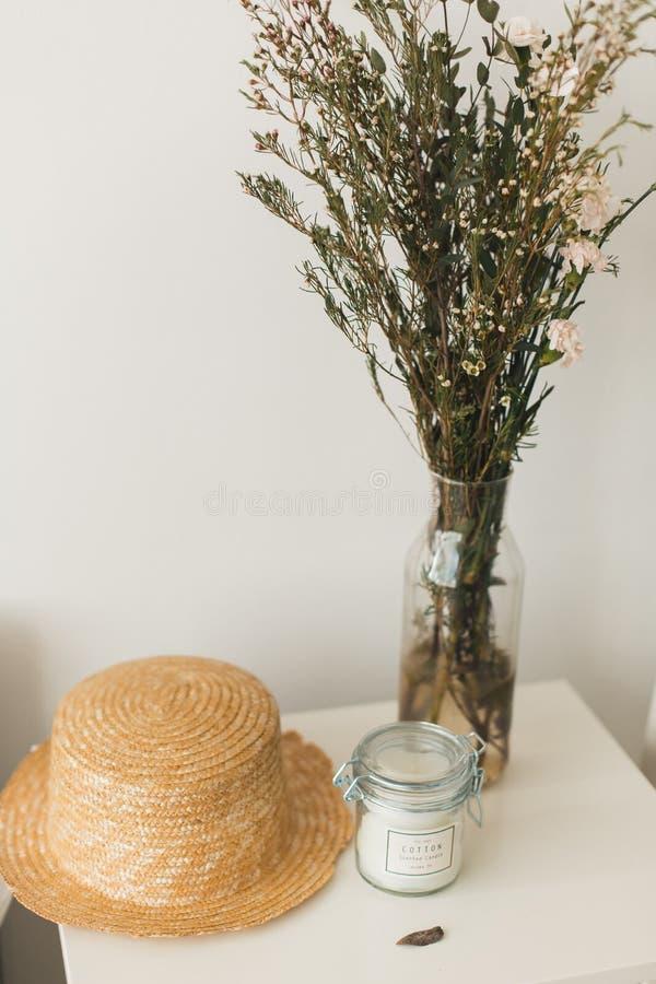 Décor à la maison mou, petits vases avec des wildflowers image libre de droits