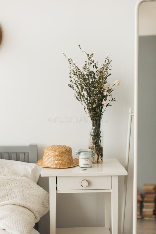 Décor à la maison mou, petits vases avec des wildflowers photo libre de droits