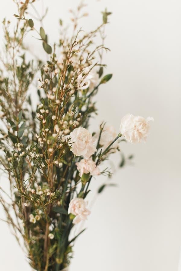 Décor à la maison mou, petits vases avec des wildflowers photographie stock libre de droits