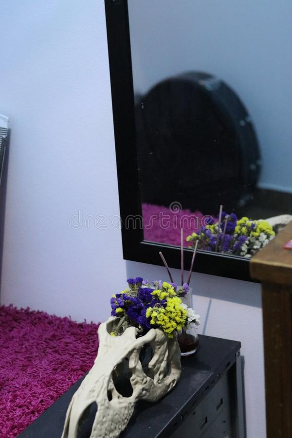 Décor à la maison occupé coloré avec des fleurs de crâne et des tapis roses photo stock