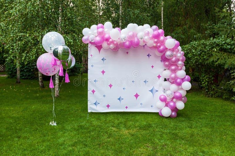 Décor avec des ballons pour un anniversaire image libre de droits