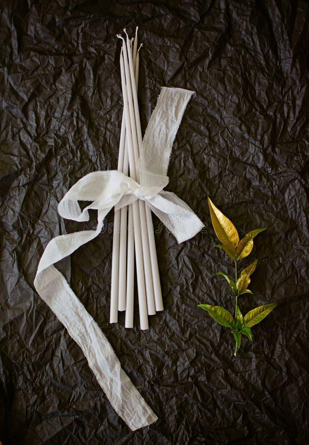 Décor avec la bougie et les fleurs fabriquées à la main photos libres de droits