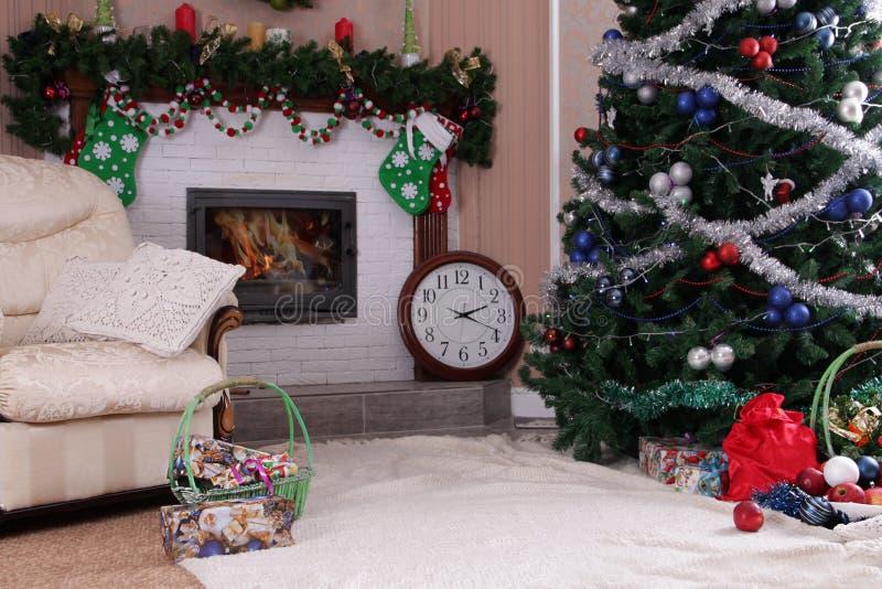 Décor décoré de maison de vacances avec la cheminée et l'arbre de Noël image libre de droits