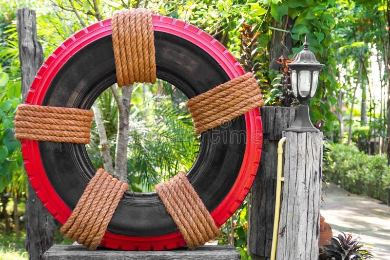 d cor de jardin de pneu image stock image du fleur brun 54052939. Black Bedroom Furniture Sets. Home Design Ideas