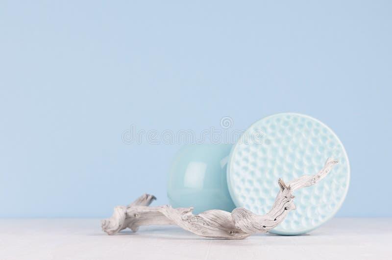 Décor de maison de mode dans le style japonais élégant moderne - vase en céramique bleu mou léger, cuvette et vieille branche min photographie stock libre de droits