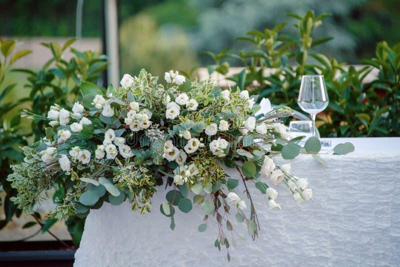 Décor de mariage d'été pour la table de jeunes mariés dehors avec des bougeoirs photographie stock