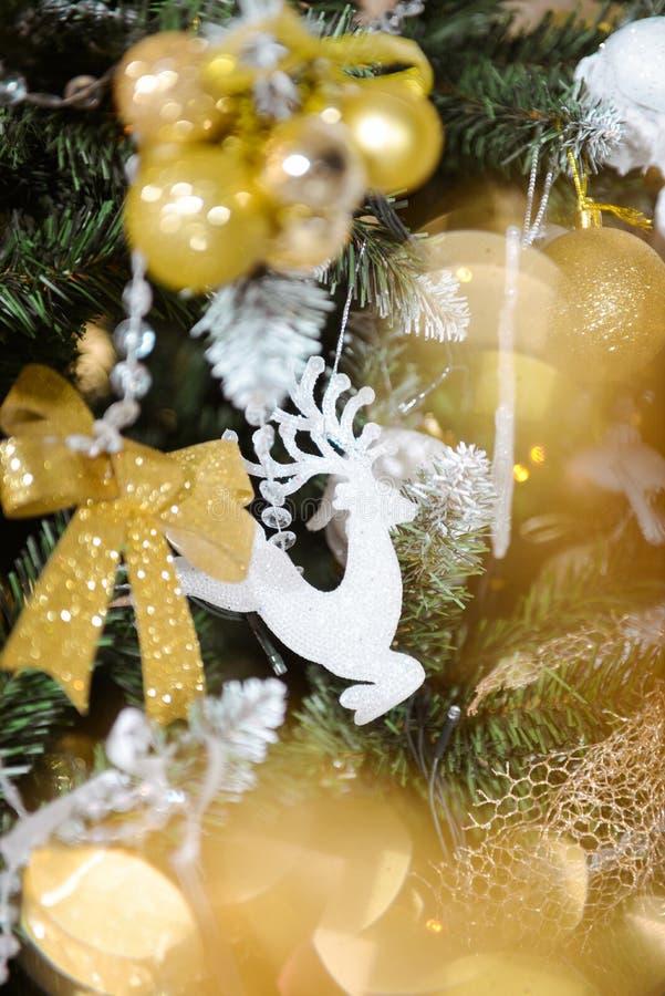 Décor de Noël dans le studio d'un style classique jouets de décor d'arbre de Noël L'int?rieur de nouvelle ann?e photos libres de droits