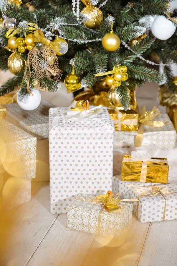 Décor de Noël dans le studio d'un style classique jouets de décor d'arbre de Noël L'int?rieur de nouvelle ann?e photos stock