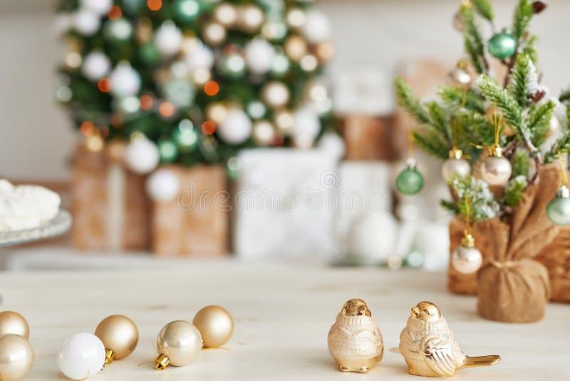 Décor de Noël en cuisine Vaisselle de Noël Les ustensiles de cuisine de Noël Intérieur lumineux de la cuisine du Nouvel An Carte  photos libres de droits