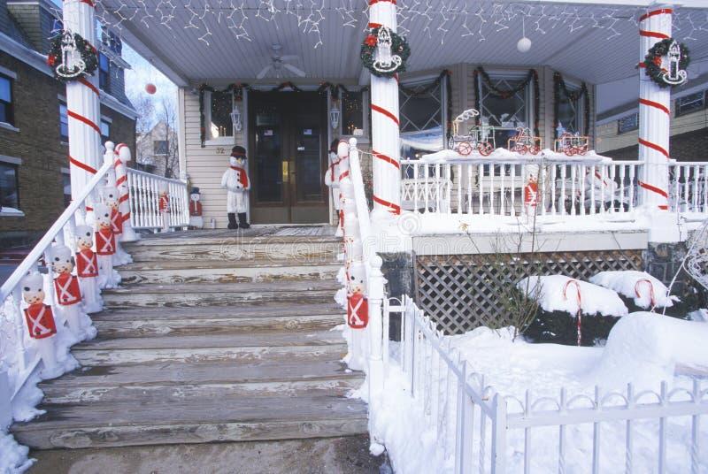 Décor de Noël sur la maison après tempête de neige d'hiver dans Weehawken, New Jersey photos libres de droits