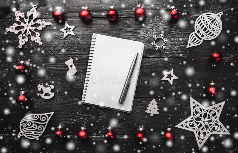 Décor de Noël sur le fond en bois foncé Lettre de concept pour Santa Claus, la vue supérieure et l'espace pour le texte photos libres de droits