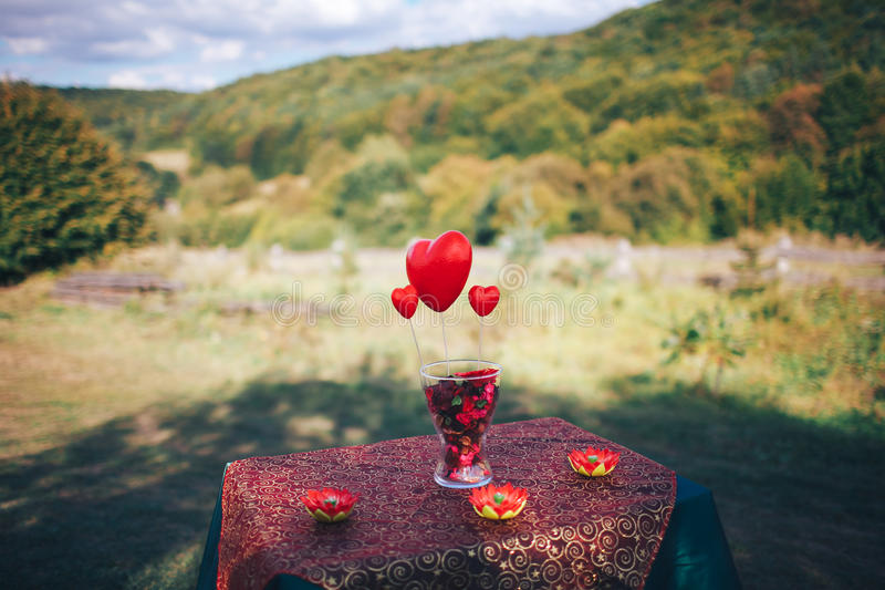 décor de Saint Valentin Histoire d'amour table décorée, coeurs, romant photo stock