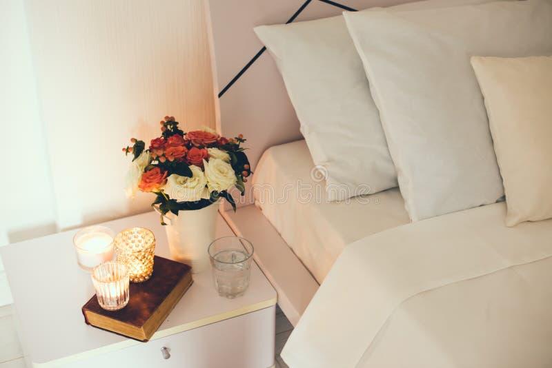 Décor de table de chevet avec des bougies photographie stock libre de droits