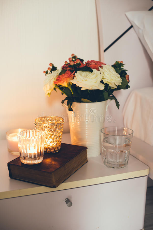 Décor de table de chevet avec des bougies photos stock