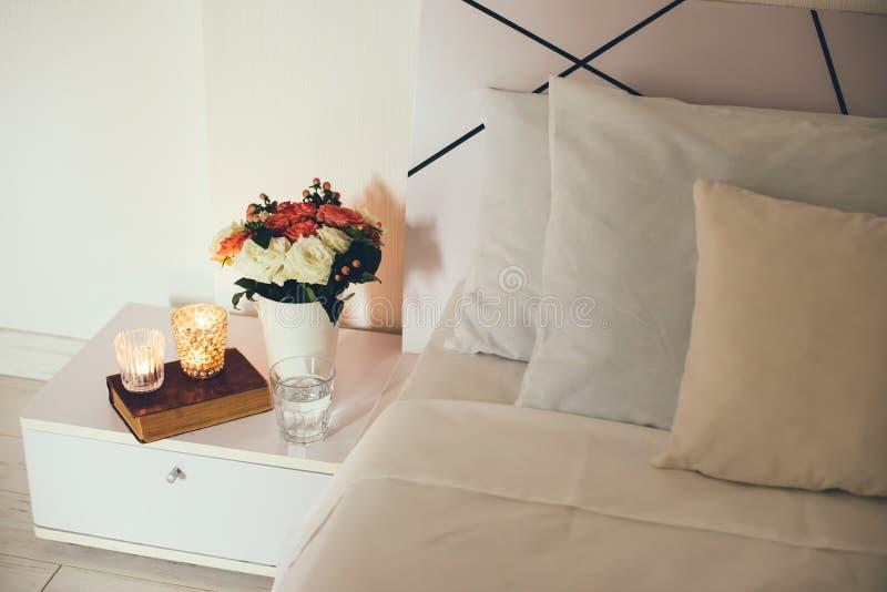 Décor de table de chevet avec des bougies photo stock