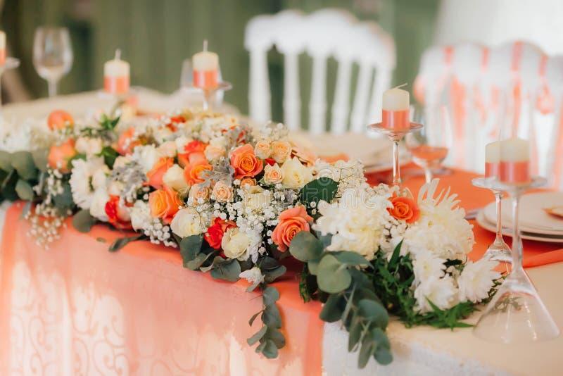 Décor de Tableau avec le blanc et les roses de pêche Épouser la décoration de banquet image libre de droits