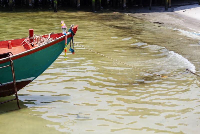 Décor en bois traditionnel de bateau au Cambodge Vue de bord de la mer d'île de Koh Rong avec le bateau de corail de plage et de  photos stock
