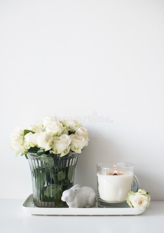 Décor intérieur de pièce blanche avec brûler la bougie et le bouq fabriqués à la main photos stock