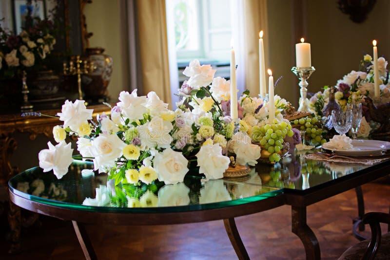 Décor intérieur de pièce de cru avec la bougie et les fleurs fabriquées à la main images stock