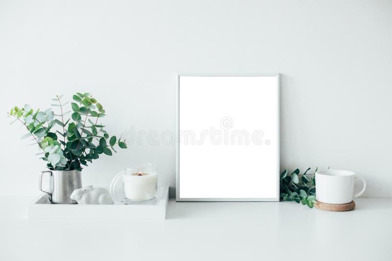 Décor naturel de maison d'eco avec les feuilles, la maquette d'affiche et le bureau verts photographie stock libre de droits
